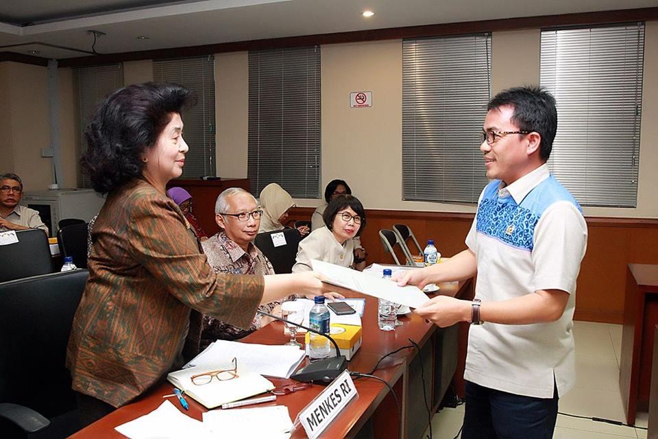 Ir Stefabus BAN Liow menyerahkan usulan untuk percepatan pembangunan Rumah Sakit di Sulut kepada Menteri Kesehatan