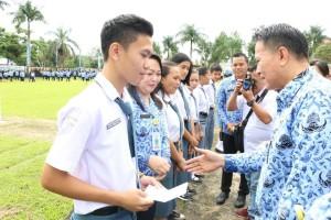 Wali Kota Tomohon Serahkan Bea Siswa Cerdas kepada 1.156 Siswa