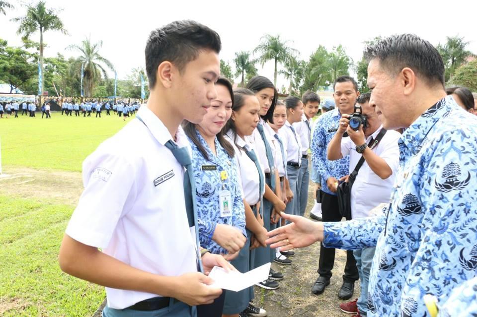 Wali kota menyerahkan bea siswa kepada siswa SMA secara simbolis