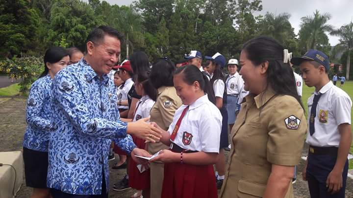 Wali kota menyerahkan bea siswa kepada siswa SD secara simbolis