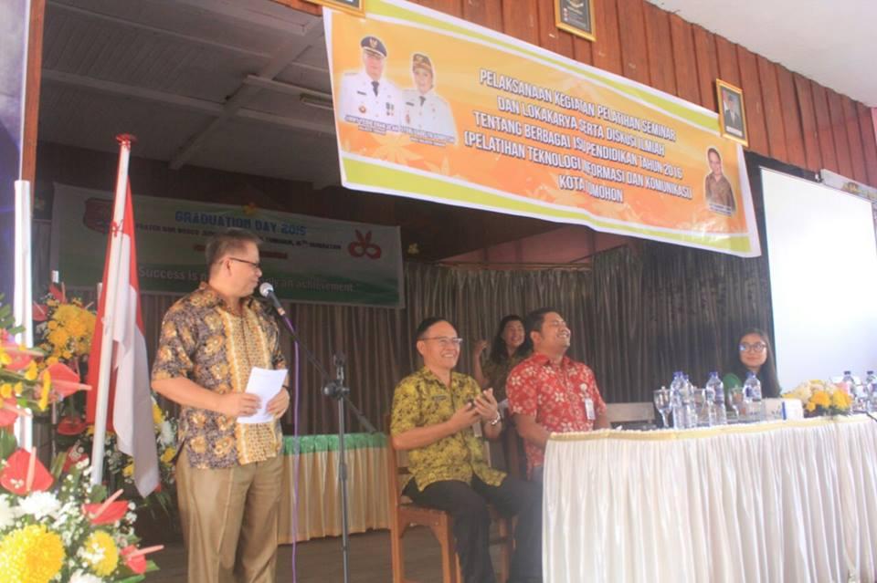 Kadis Dikda Drs Gerardus  Mogi membawakan sambutan