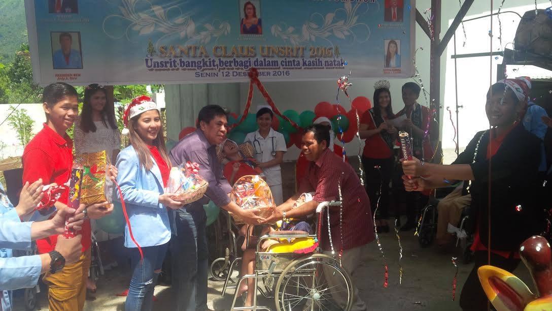 Penyerahan bingkisan kepada anak-anak Panti Asuhan Sayap Kasih oleh pihak Rektorat dan pengurus BEM Unsrit