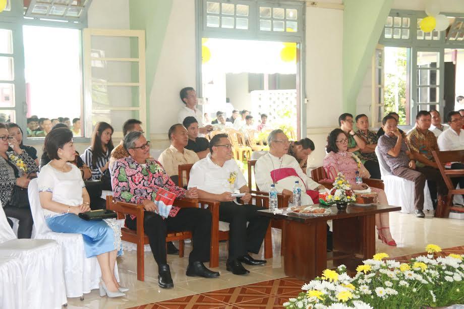Wali Kota Tomohon, Uskup Manado, Ketua DPRD Tonohon dan lainnya yang menghadiri peresmian gedung baru Seminari Kakaskasen