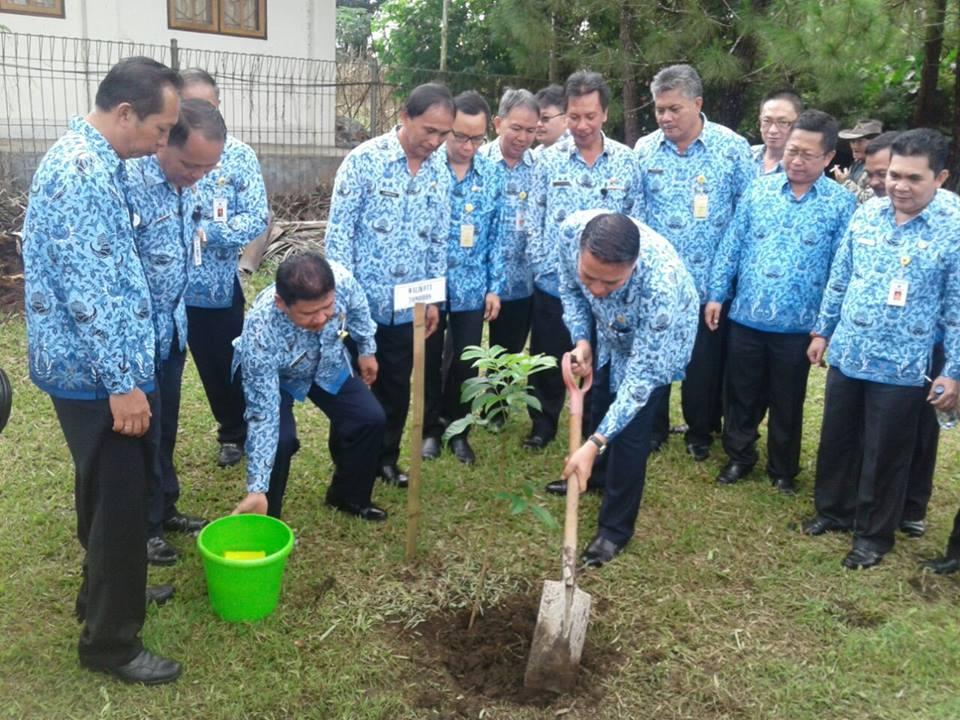 Wai Kota Tomohon menanam pohon di peringatan HUT ke-45 Korpri