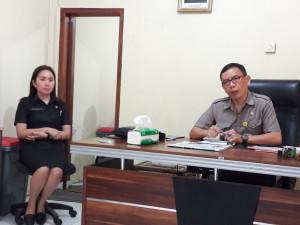 Kadis Lingkungan Hidup Drs ODS Mandagi didampingi Sekretaris Aneke R Gosal SP