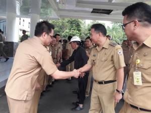 Wali Kota Jimm F Eman SE Ak usai apel dan memberikan selamat kepada pejabat yang baru dilantik