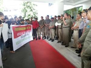 Demo di Kantor Gubernur Sulut, Forum Mahasiswa Muslim Minta FPI Dibubarkan
