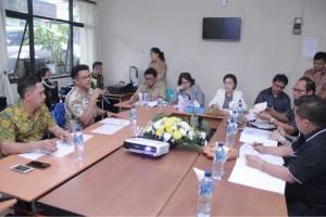 Henglie Y Supit SIP memaparkan dua program prioritas Diskominfo kepada Komisi II DPRD Tomohon