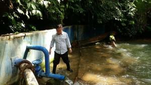 Direktur PDAM Tomohon Marthen Gosal ST saat meninjau sumber air Rano Esem