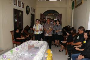 Jajaran Pemkot Tomohon di Ibadah Pemakaman orang tua Kadis Pangan
