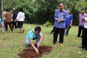 Ketua P/KB Sinode GMIM Pnt Ir Stefanus BAN Liow saat menanam pohon