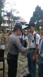 Sekretaris Umum KONI Tomohon Kompol Thonny Salawati SH menyerahkan medali