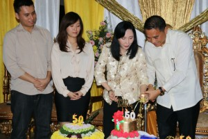 First Lady Tomohon memasang lilin HUT