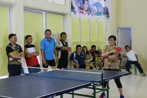 Wawali Syerly Adelyn Sompotan bertanding tenis meja