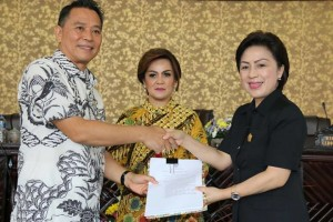 Wali Kota Jimmy F Eman SE Ak menyerahkan Tiga Ranperda kepada Ketua DPRD Ir Miky JL Wenur