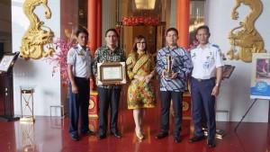 Wawali, Kapollres, Kadoshub dan Pegawai Dishub usai menerima penghargaan WTN