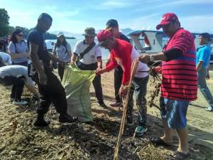 Bersih pantai dan muara sungai yang dipimpin Kepala DKP Sulut, Ronald Sorongan