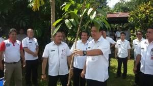 Wakil Gubernur Sulut, Steven Kandouw, ketika melakukan penanaman pohon di halaman kantor Bandiklat Sulut.
