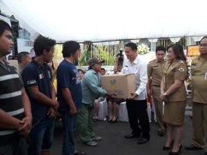 Penyerahan bantuan korban banjir di Tomohon