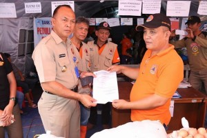 Kepala Satpol PP wakili Pemkot Tomohon serahkan bantuan ke Bitung