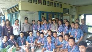 Siswa-siswa penerima medali lomba gerak jalan 5 kilometer