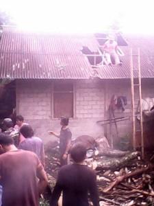 Rumah yang tertimpa pohon tumbang di Kelurahan Kayawu Tomohon Utara