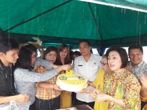 Wali Kota Eman, Ketua DPRD Ir Miky JL Wenur bersama pengurus Golkar Tomohon memasnag lilin HUT