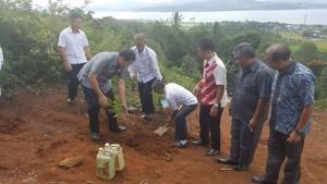 Sekretaris P/KB GMIM Pnt Herwyn Malonda SH MPd menanam pohon