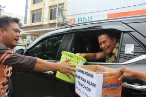 Wali Kota Tomohon memberikan sumbangan dana