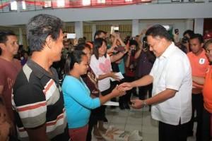 Gubernur Sulut Olly Dondokambey serahkan bantuan kepada korban bencana di Bitung