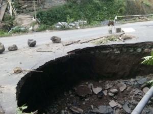 Jalan Wioy-Minanga yang nyaris putus