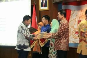 Bupati Mitra saat menerima Hasil Evaluasi LAKIP di Jokyakarta