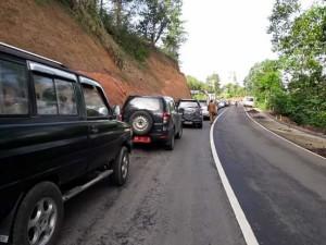 Antrian akibat longsor di Gunung Potong