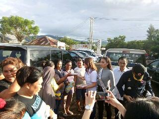 Ketua PMI Minsel dr Michaela Elsiana Paruntu, MARS, saat menyerahkan langsung bantuan kepada korban terdampak bencana di kelurahan Tandurusa