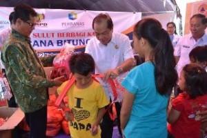 Lomban Serahkan Bantuan Langsung Ke Anak Korban Bencana
