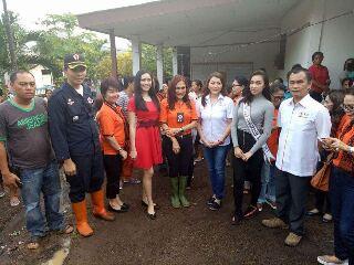 Ketua PMI Minsel dr Michaela Elsiana Paruntu, MARS dan rombongan foto bersama dengan Ketua PMI Bitung Khouni Lomban Rawung