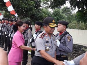 Kapolda Sulut bersama istri saat berkunjung ke Tomohon