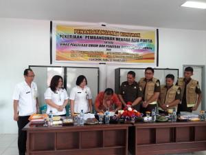 Pihak kontraktor menandatangani kontrak disaksikan pihak TP4D dari Kejaksaan dan Kadis PU-PR