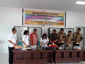 Kepala Dinas PU-PR Kota Tomohon Joice Cherry Lidya Taroreh ST MSi menandatagani kontrak