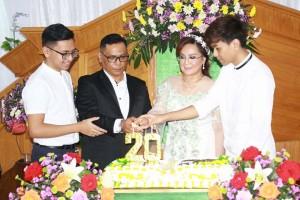 Keluarga Purba-Sompotan memasang lilin HUT Perkawinan