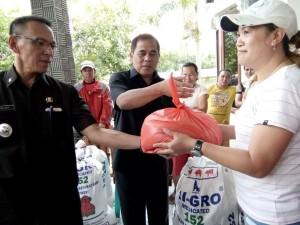 Bupati JWS sebagai alumnus SMA Kristen Tomohon menyerahkan bantuan bencana