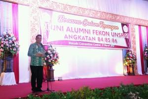 Ketua Panitia Reuni Jimmy F Eman SE Ak yang juga Wali Kota Tomohon membawakan sambutan