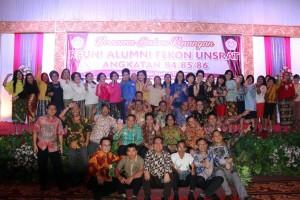 Para alumnus foto bersama di Manado Convention Center