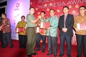 Pemkot Tomohon diwakili Asisten Ekonomi dan Pembangunan Ronni Lumowa SSos MSi menerima penghargaan