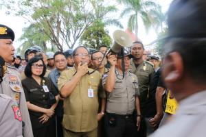 Sekretaris Kota Tomohon Ir Harold Viktor Lolowang MSc saat mengabulkan permintaan pendemo untuk berdialaog