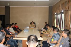 Pemkot Tomohon dipimpin Sekretaris Kota Ir Harold Viktor Lolowang MSc saat menerima perwakilan pendemo