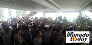 Demo sopir di kantor gubernur Sulut