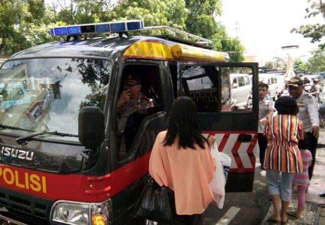 Angkot di Manado Mogok, Truk Polisi Angkut Penumpang