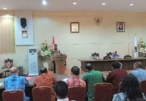 Gubernur Sulut Olly Dondokambey, ketika memberikan sambutan di Seminar Jurnalistik 2017 yang bertemakan 'Jurnalis Sehat, Tangkal Hoax', yang digelar di ruang C.J. Rantung kantor gubernur Sulut, Kamis (16/3/2017).