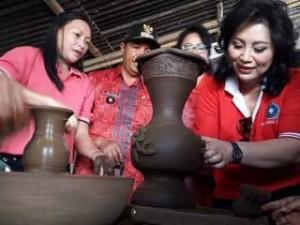 Ketua TP-PKK Sulut Ny. Ir. Rita Dondokambey-Tamuntuan, ketika membuat keramik di Desa Pulutan Kecamatan Romboken. (foto: ist)